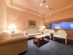 群馬ロイヤルホテル:*ロイヤルスイート/リビング・ダイニング・ベッドルーム、広々とおくつろぎいただける64平米のお部屋。