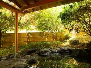 やすらぎの温泉宿 青木の坂:露天風呂。木々の和らぎ風を感じながらゆったりと湯浴みをお楽しみください