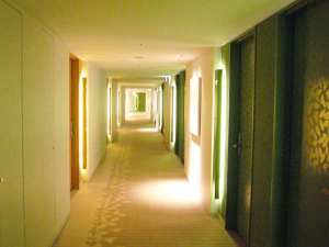 シティプラザ大阪~HOTEL & SPA~:グリーンとオレンジが色鮮やかな客室フロア