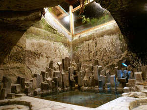 磯香の湯宿 鵜原館:*洞窟風呂。洞窟の中に入っているような不思議な感覚になるお風呂です。