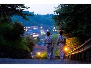 山の家 風楽:湯坪温泉の高台に佇む宿。エントランスから坂道をちょっと散歩♪敷地内ではホタルも鑑賞できます☆
