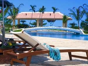 オキナワ マリオット リゾート & スパ:沖縄随一の広さを誇る全長170mのガーデンプール  深さ2.5mのプールなど楽しみ方も様々