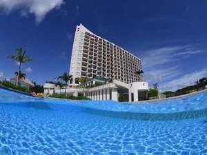 オキナワ マリオット リゾート & スパ:ホテルのふもとには 県内最大規模のガーデンプールが広がります