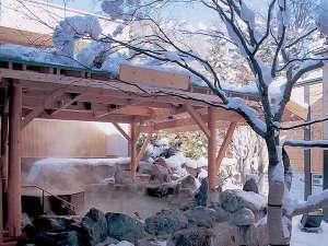 花もみじ:◆2F もみじ湯・露天風呂(冬)/湯煙の中、ありのままの自然の姿に、思わずうっとり