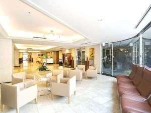 ホテルサンルート博多:【ロビー】明るいロビーで、ごゆっくりおくつろぎ下さい。