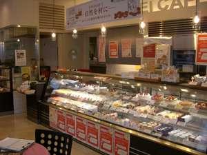 ホテルチューリッヒ東方2001:たくさんのケーキとお菓子の並ぶ店内