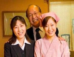 十番館:私たちがお迎えします。真ん中が伊藤(62)・信濃大町出身)。笑顔だけがとりえです。