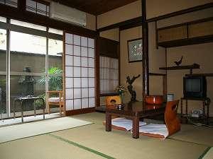 新潟屋旅館:【客室】ゆったりくつろげる6畳~8畳の和室です(一例)