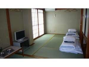 よねや旅館:和室でごろ寝しながらテレビをどうぞ。