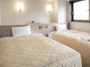 エバーホテルはりま加古川:ベッドは高密度スプリングを採用。沈み込みが少なく快適な眠りをお届けします
