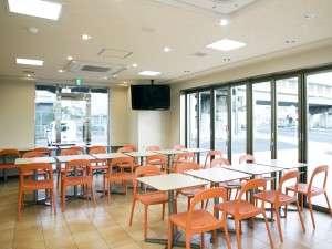 エバーホテルはりま加古川:オレンジ色のチェアが印象的なアイランドカフェ。多目的ルームとしてもご利用頂けます。