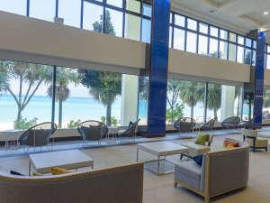 かねひで喜瀬ビーチパレス(7/20~リニューアルオープン):開放的なロビーから、エメラルドブルーの天然ビーチまでは数歩で行けます