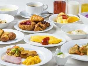 かねひで喜瀬ビーチパレス(7/20~リニューアルオープン):種類豊富な朝食。シェフコーナーでは日替わりのオムレツや目玉焼きをご用意
