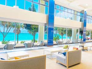 かねひで喜瀬ビーチパレス:開放的で明るいロビー青い空を眺めながらのんびり寛いでいただけます。