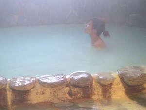 にごりの湯の会 那須湯本温泉 旅館 山快:とろりとした硫黄泉につかれば、お肌もすべすべに♪