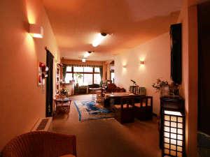 にごりの湯の会 那須湯本温泉 旅館 山快:ロビーは読み物やご歓談など、湯上がり時にお使いいただいております