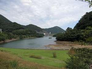 松川湖(奧野ダム)は、四季折々の花が咲き遊歩道が整備されております。お車で15分。