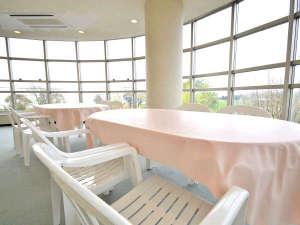 長浜バイオ大学ドーム宿泊研修館:*どなたでも利用OK、談話室。ガラス張りの大きな窓が魅力。明るい室内で話題も弾みます。