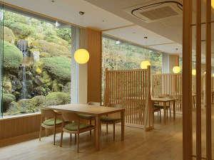 仙郷楼:木のぬくもりを感じる新しくなったお食事処。2mを超す窓越しに滝をお眺めいただきながら