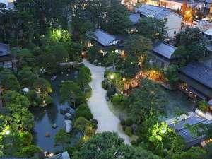 湯之助の宿 長楽園:夕方の回遊式庭園。幽玄な世界をお楽しみください。