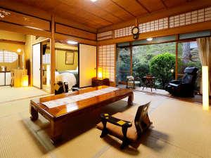 【離れ特別室:和春亭】どこか懐かしいレトロな特別室。専用岩風呂付き。