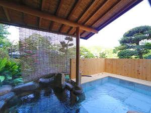 【別邸 相生】専用源泉かけ流し露天風呂。新しく足湯を隣接しました。庭園を眺めながらお寛ぎください。