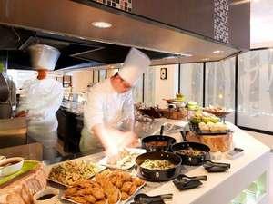 阿寒の森鶴雅リゾート花ゆう香:バイキングレストラン/ステーキやパスタ、天ぷらなど、オープンキッチンでできたてをご用意しています!