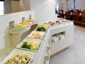 阿寒の森鶴雅リゾート花ゆう香:バイキングレストラン/お好みの具材を組み合わせて楽しむお鍋ビュッフェ!コラーゲンスープが人気です。