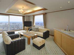 伊東ホテル聚楽(じゅらく):【センターウイング館 特別室88㎡】ドリンクカウンター付きのリビングルーム