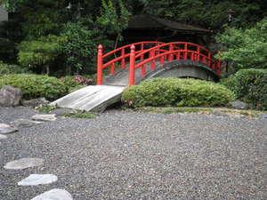 三朝温泉 後楽:中庭の太鼓橋