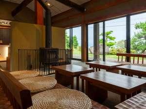 1日7組限定 全室露天風呂付きはなれ客室 いっぺん庵:ロビーからは日本海が一望できます。JAZを聴きながらワインをどうぞ。