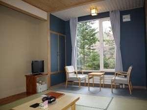 森の湯 山静館:和室8畳 大きな窓から自然をお楽しみください