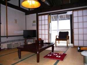 秋山郷温泉保養センター湯元雄川閣:奥山らしい鄙びた和室です。天井の梁の太さが雪国の冬を物語ります。