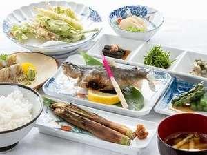 秋山郷温泉保養センター湯元雄川閣:御夕食の一例です。山河の恵をふんだんにお召し上がりください。