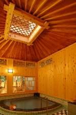 箱根小涌谷温泉 三河屋旅館:明治からの唐傘天井はそのまま、段差の少ないお風呂に生まれ変わりました。写真は明治風呂(男)