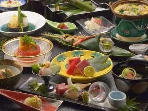 箱根小涌谷温泉 三河屋旅館:お夕食は季節の会席料理。写真はイメージ写真で季節ごとに内容が変わります。