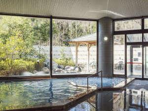 越前糸生温泉 泰澄の杜:高さのある窓から開放感あふれる景色をお楽しみください。