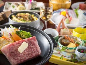 越前糸生温泉 泰澄の杜:アツアツの牛ステーキは特選会席のメイン料理に。(※季節により内容が異なります)