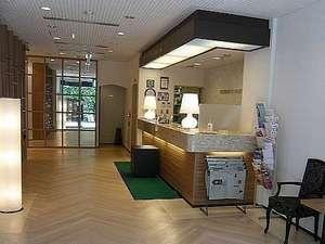 センターホテル大阪:アットホームな雰囲気のフロント。お気軽にお問い合わせください。