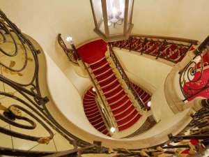 ホテルモントレ大阪:宴会場へと向かう階段の上質な空間は貴方を瞬時に別世界へと誘ってくれます。