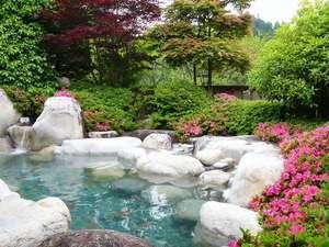 サツキ咲く新緑頃の露天風呂