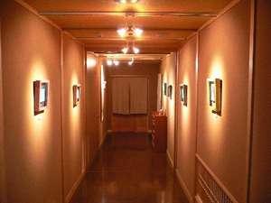 *別邸美月庵 廊下にも堀口ケイさんの作品が飾られています。