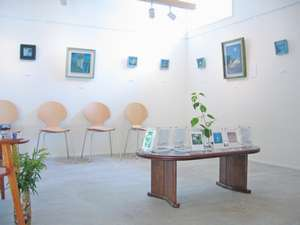 鶴屋姉妹館「森のカフェKISEKI」ギャラリー。カフェでアートも楽しめてお得!