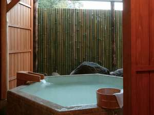 源泉露天の宿 鹿覗キセキノ湯 つるや:*<和邸山王院「花」> 六角形の趣きのある露天風呂。