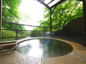 源泉露天の宿 鹿覗キセキノ湯 つるや:*「山女魚の湯」露天風呂からは緑豊かな自然を望めます。