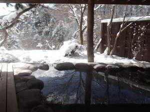 源泉露天の宿 鹿覗キセキノ湯 つるや:雪景色の貸切露天風呂「鹿覗きの湯」