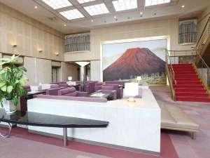 アパホテル<高松空港>:赤富士が皆様をお出迎え。「赤富士」(横山 操 作)