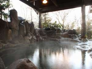 旅の宿 阿蘇乃湯:【大浴場/露天】豊富な湯量を誇る阿蘇乃湯。お湯は無色透明、摂氏50度と高温で弱アルカリ性。