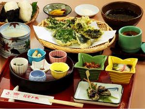 岩戸館:昼食『結び御膳』(\1,500)豆乳花はもちろん、野草の天ぷらを岩戸の塩でいただきます。<要予約>