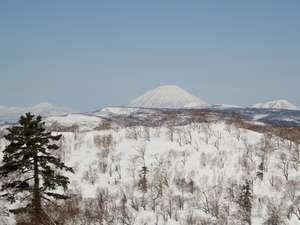 【景観】GW過ぎまで残雪の残るオロフレ峠からの羊蹄山。 撮影ポイント(峠)まで車で15分位です。